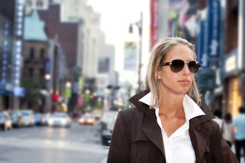 Mulheres de negócios que vão trabalhar na baixa imagem de stock royalty free