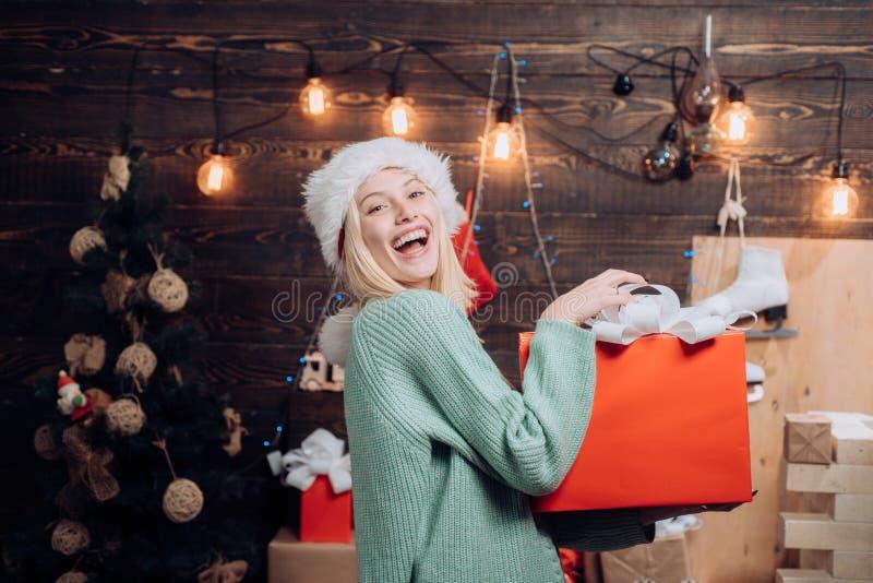 Mulheres de Santa com sacos celebration engraçado Retrato de uma mulher de sorriso nova Anos novos da menina da véspera Jovem mul imagens de stock