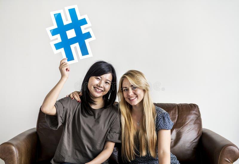 Mulheres diversas com ícone do símbolo do hashtag fotos de stock royalty free