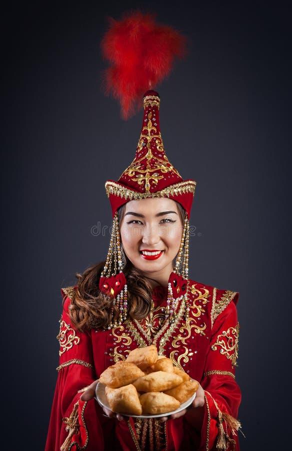 Mulheres do Cazaque com alimento nacional foto de stock royalty free