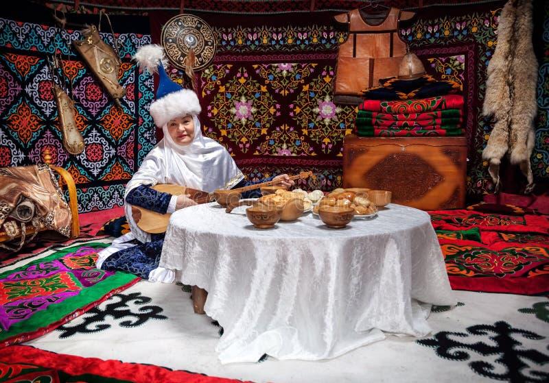 Mulheres do Cazaque com o dombra no yurt imagem de stock royalty free