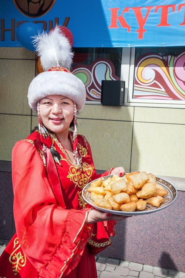 Mulheres do Cazaque que guardam baursaks imagens de stock royalty free