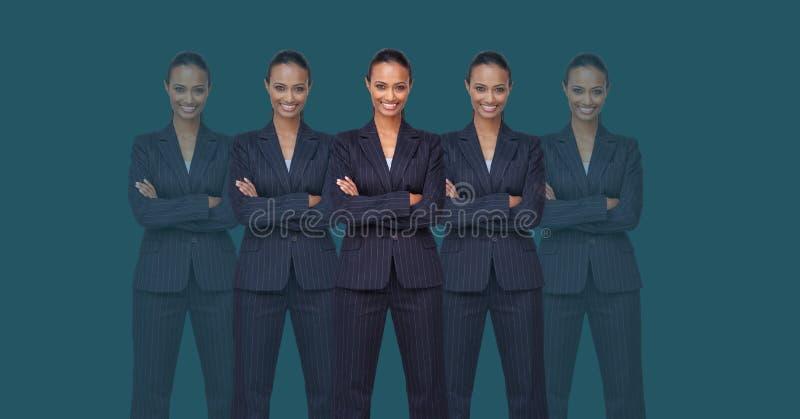 Mulheres do clone com os braços dobrados foto de stock