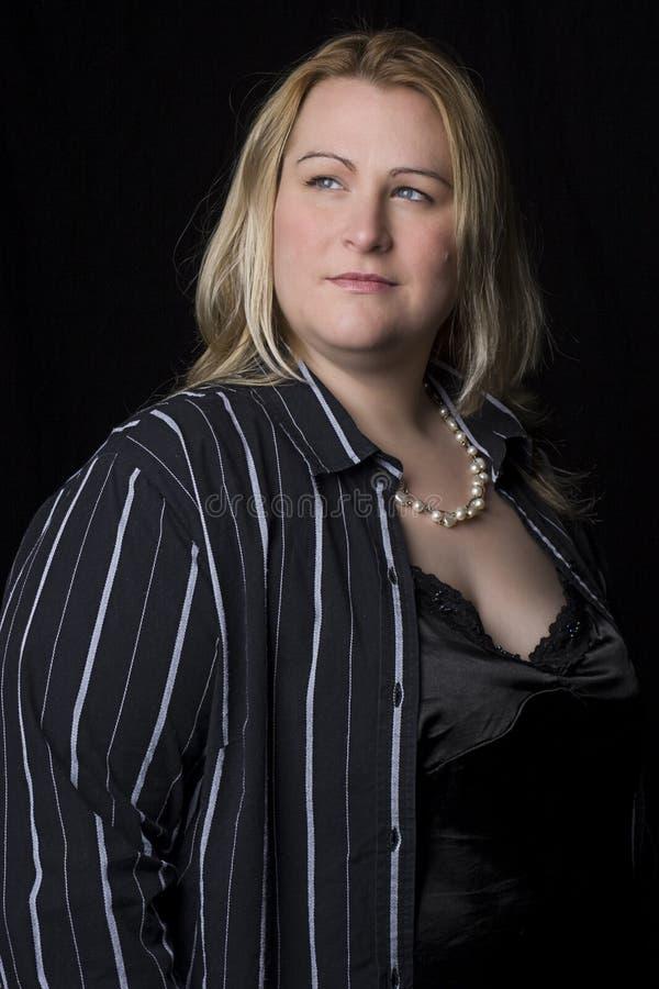 Mulheres do excesso de peso em mercadorias da noite imagens de stock royalty free