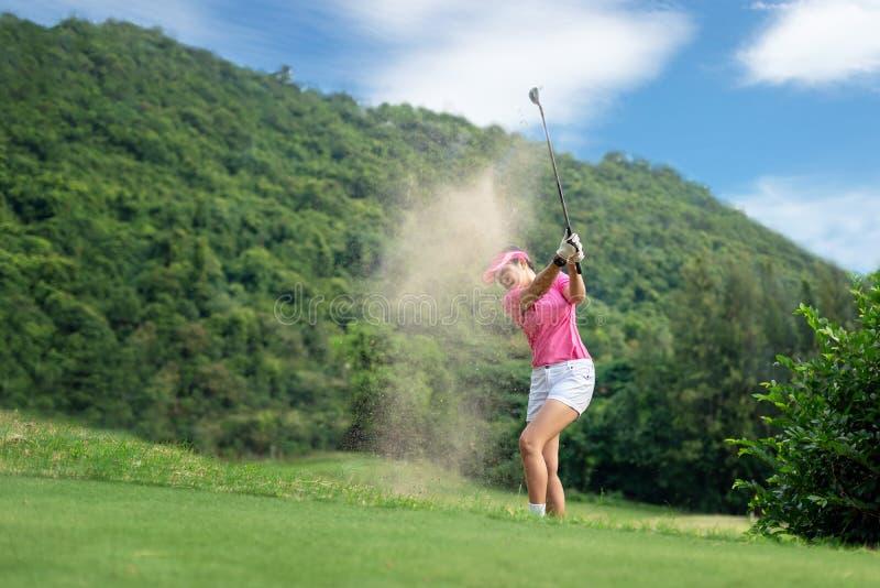 Mulheres do golfe Mulher de sorriso asiática feliz alegre com jogo do golfe no clube de golfe no tempo ensolarado, espaço da cópi imagem de stock royalty free