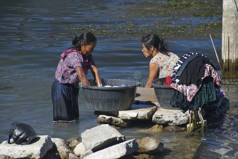 Mulheres do Maya que lavam a roupa, Guatemala fotografia de stock royalty free