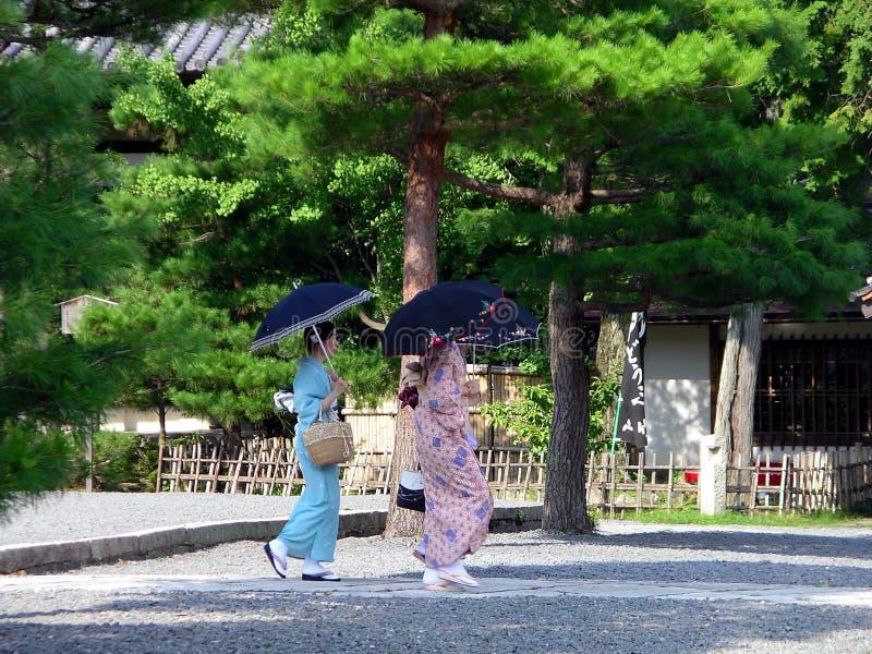 Mulheres do molho do quimono no jardim japonês, Kyoto Japão imagem de stock royalty free