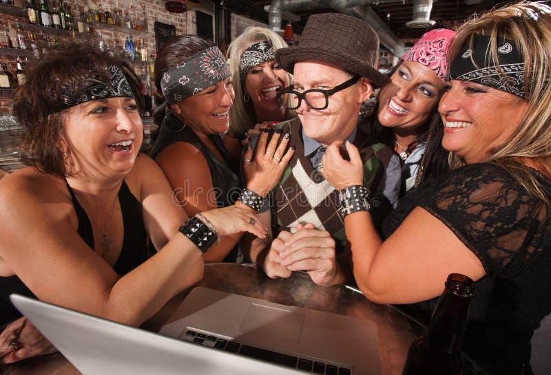 Mulheres do motociclista que flertam com totó do computador fotos de stock royalty free