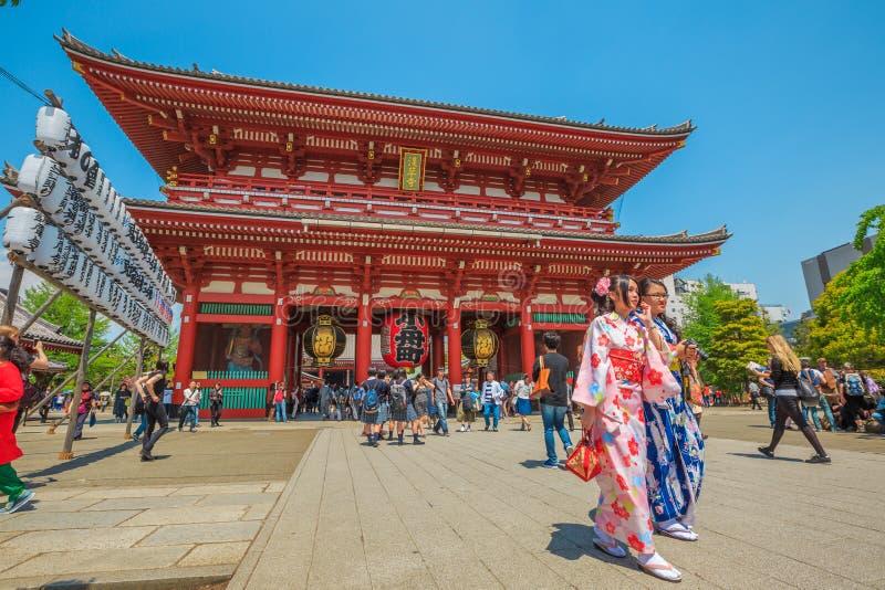 Mulheres do quimono no templo de Sensoji imagens de stock royalty free