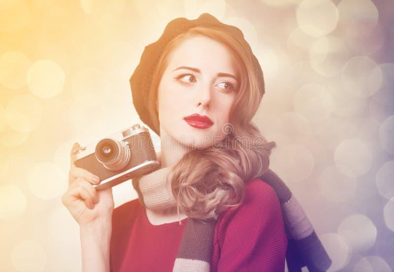 Mulheres do ruivo com a câmera do lenço e do vintage fotografia de stock
