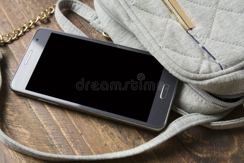 Mulheres do telefone celular e da bolsa fotografia de stock