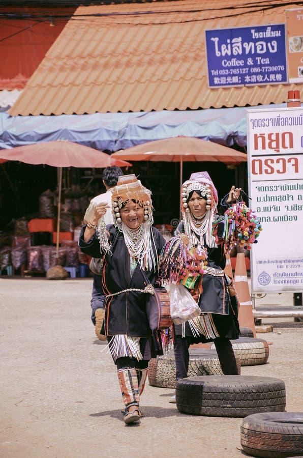 Mulheres do tribo do monte que vendem produtos tradicionais da lembrança foto de stock royalty free