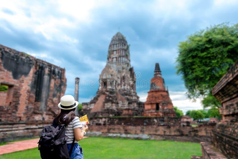 Mulheres do turista com levar uma trouxa imagem de stock