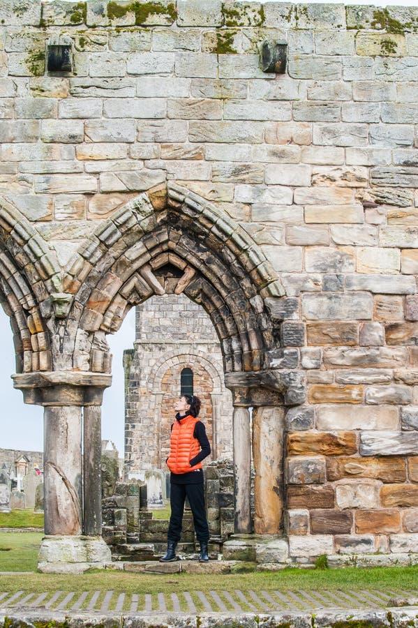Mulheres do turista observando as ruínas de St Andrews imagens de stock royalty free
