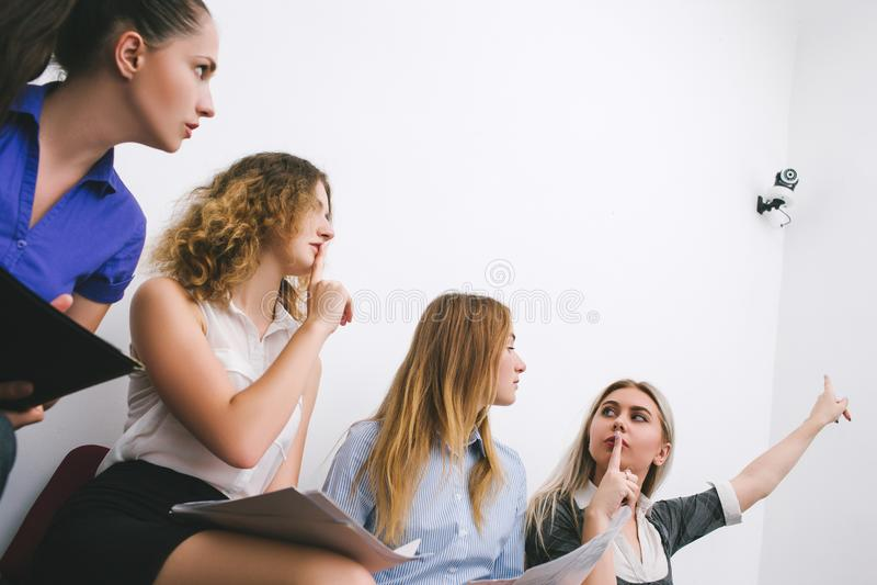Mulheres dos empregados de escritório da câmara de vigilância fotos de stock royalty free
