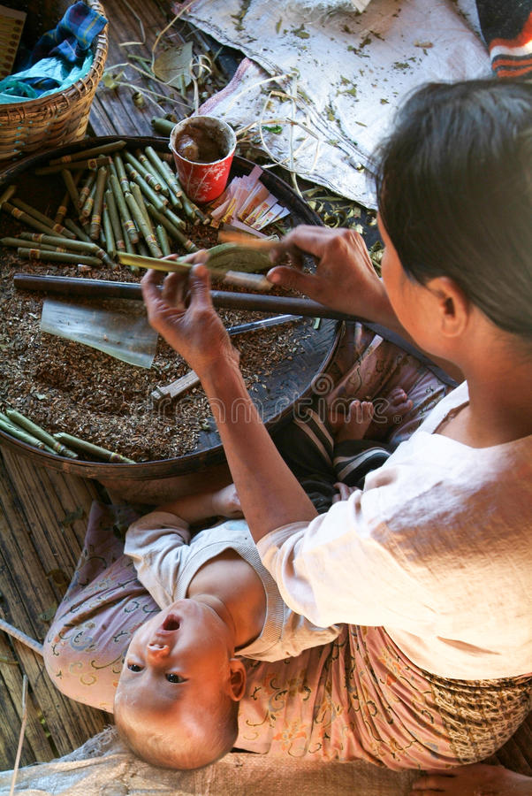 Mulheres durante a produção de charutos na vila do Th de Maing imagem de stock royalty free