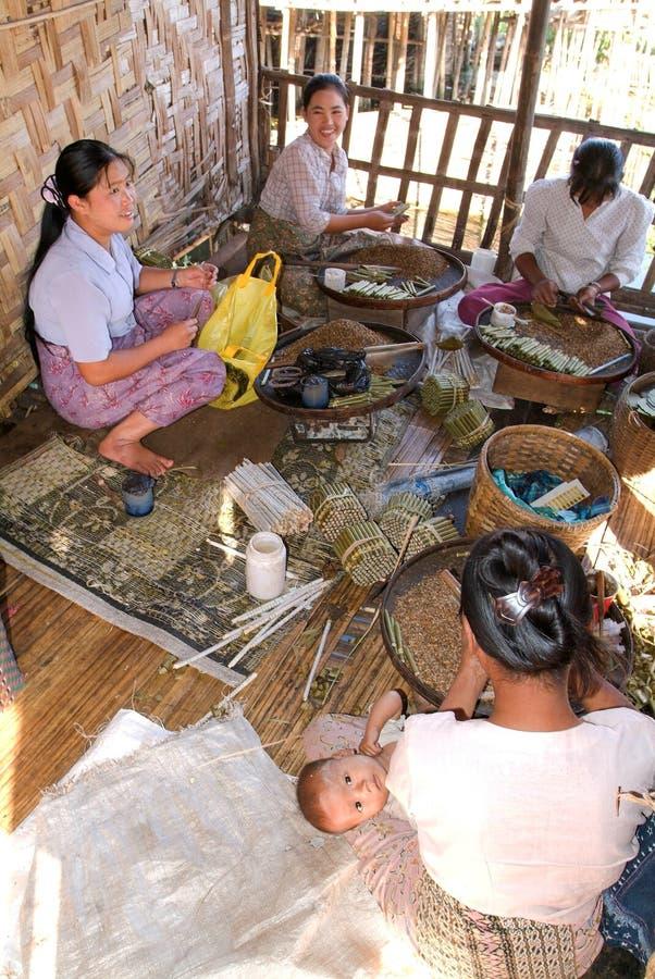 Mulheres durante a produção de charutos na vila do Th de Maing imagens de stock royalty free