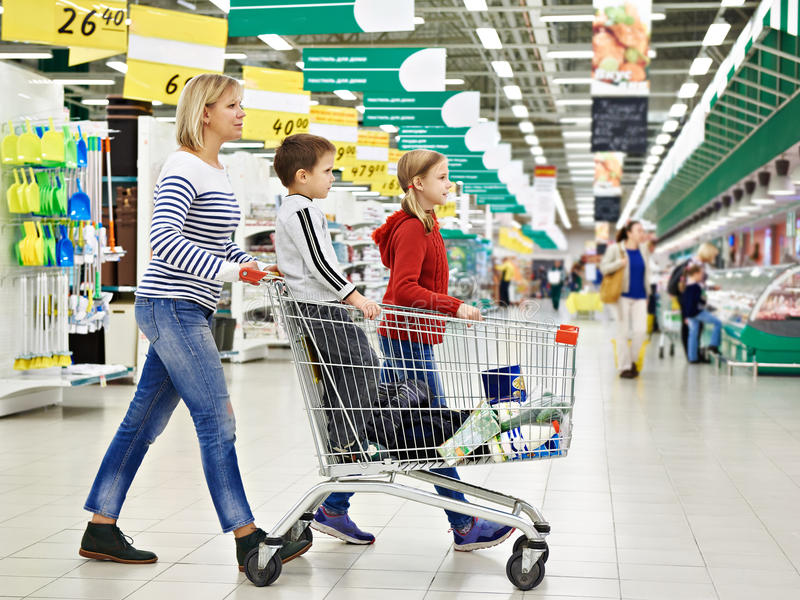 Mulheres e crianças com compra do carro imagens de stock