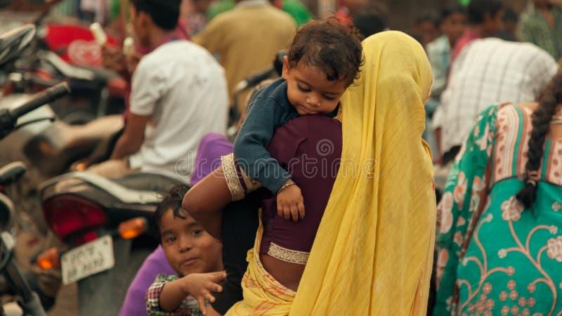 Mulheres e crianças indianas na feira fotos de stock royalty free