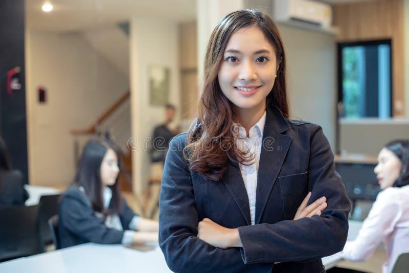 Mulheres e grupo asiáticos de negócio que usa o caderno para o encontro e os bu imagens de stock royalty free