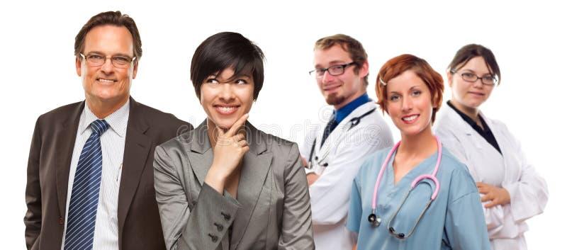 Mulheres e homem de negócios da raça misturada com doutores ou N imagens de stock