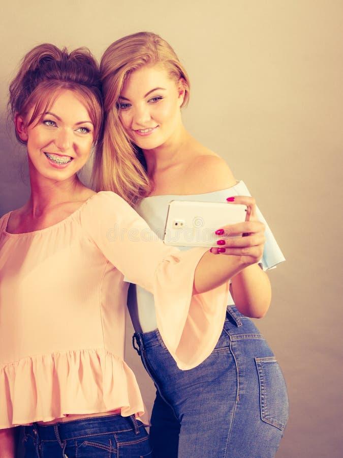 Mulheres elegantes que tomam o selfie fotos de stock royalty free