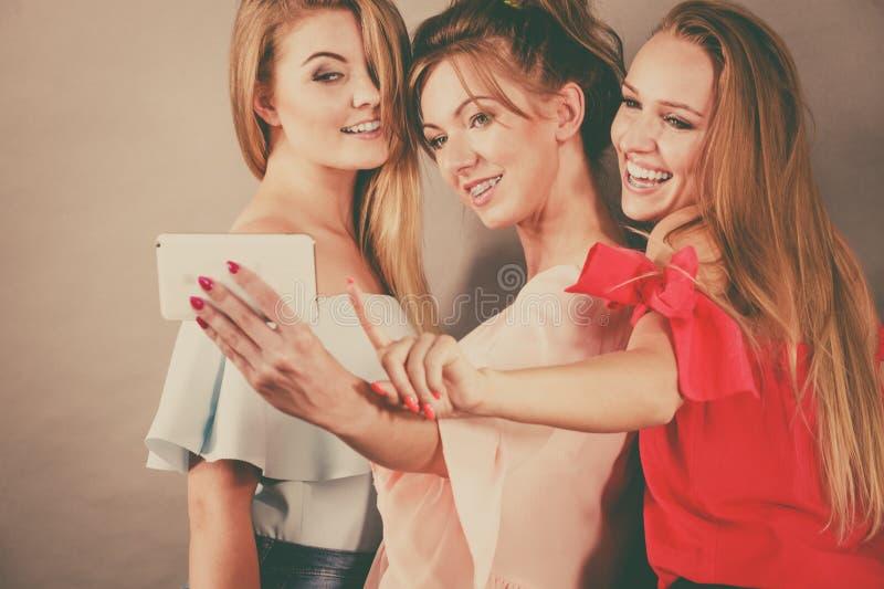 Mulheres elegantes que tomam o selfie imagens de stock