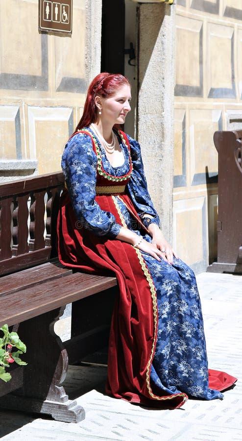 Mulheres em Rose Festival Cinco-petalada no bystreet em Cesky Krumlov imagens de stock