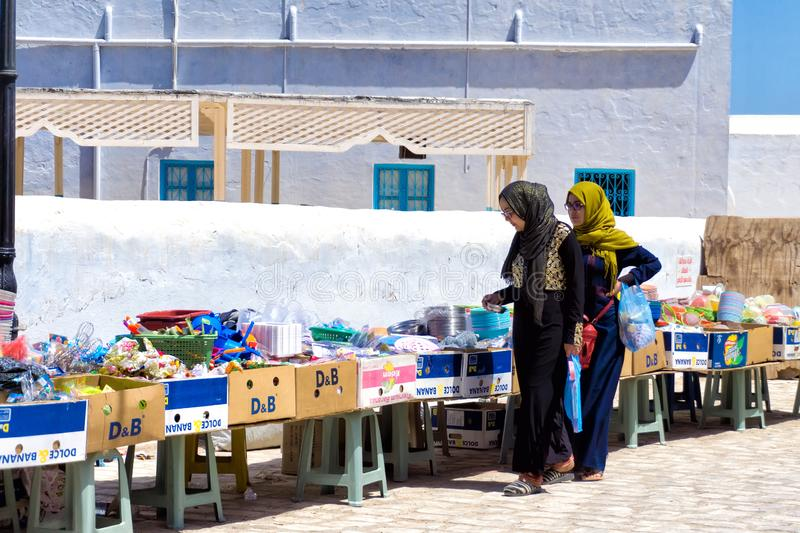 Mulheres em um mercado no EL Souk de Houmt em Djerba Tunísia imagens de stock royalty free