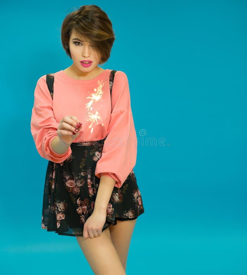 Mulheres encantadores que vestem a blusa e o vestido cor-de-rosa foto de stock royalty free