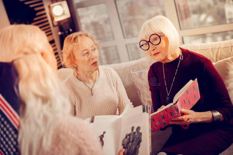 Mulheres envelhecidas agradáveis que têm uma reunião do clube de leitura imagem de stock royalty free