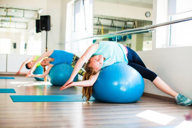 Mulheres envolvidas em Pilates foto de stock