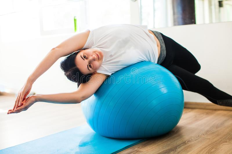 Mulheres envolvidas em Pilates fotos de stock