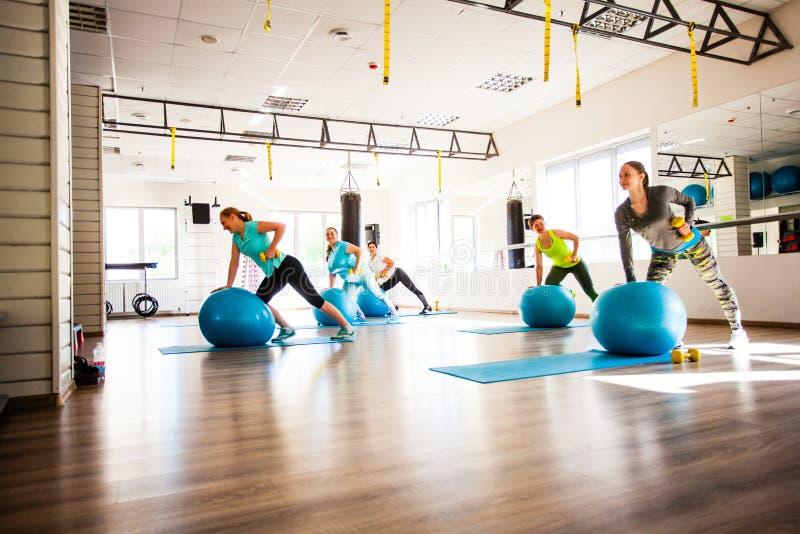 Mulheres envolvidas em Pilates imagens de stock
