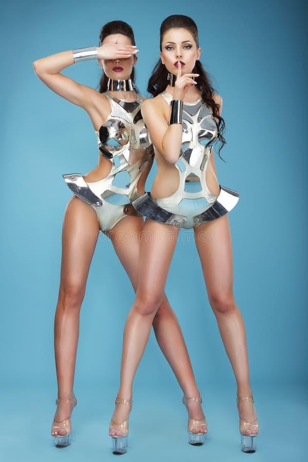 Mulheres extravagantes em Clubwear futurista hangouts imagem de stock royalty free