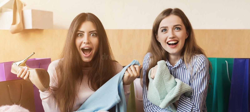 Mulheres felizes após a compra no café fotos de stock