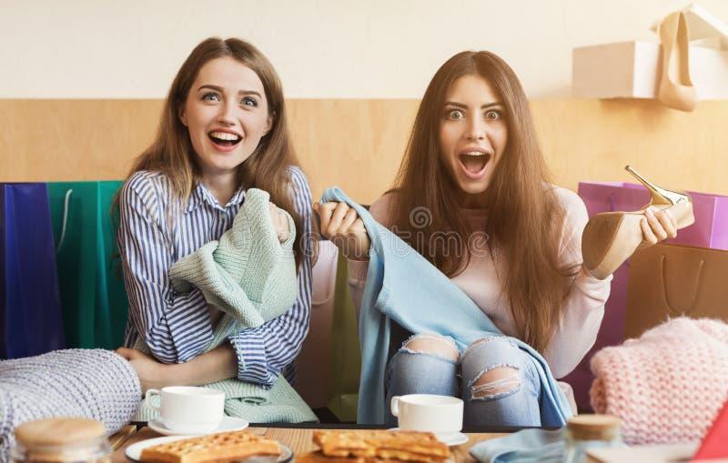 Mulheres felizes após a compra no café foto de stock royalty free