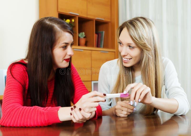 Mulheres felizes com teste de gravidez fotografia de stock