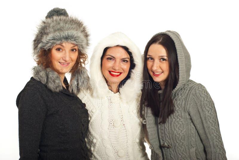 Mulheres felizes dos amigos do inverno fotos de stock