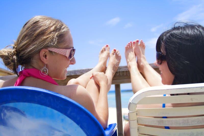Mulheres felizes em férias imagens de stock royalty free