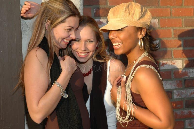 Mulheres felizes flertando fotografia de stock