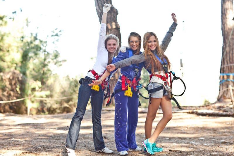 Mulheres felizes no parque da aventura imagem de stock royalty free