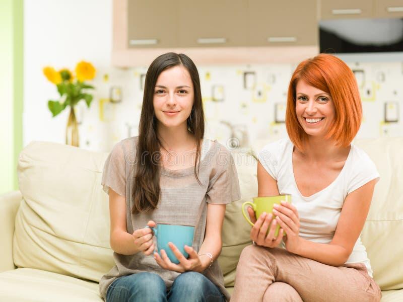 Mulheres felizes que bebem o café fotos de stock royalty free
