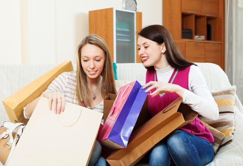 Mulheres felizes que olham junto compras imagem de stock royalty free