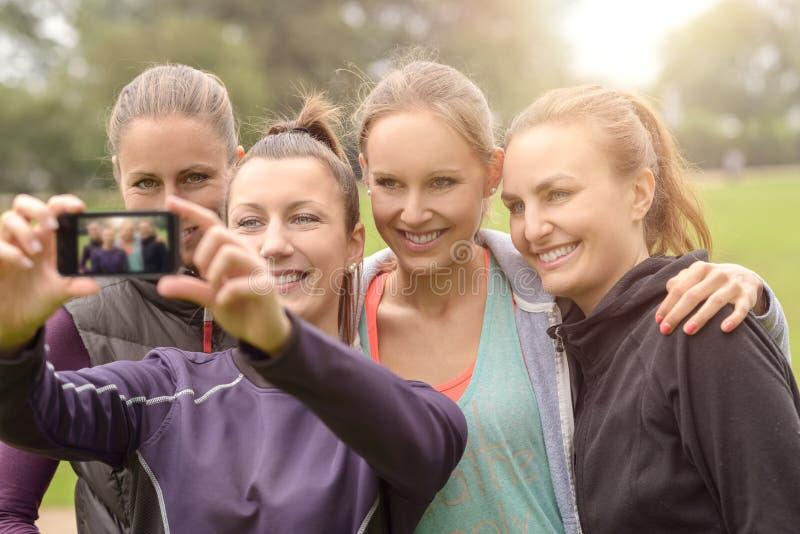 Mulheres felizes que tomam Selfie após o exercício exterior foto de stock royalty free