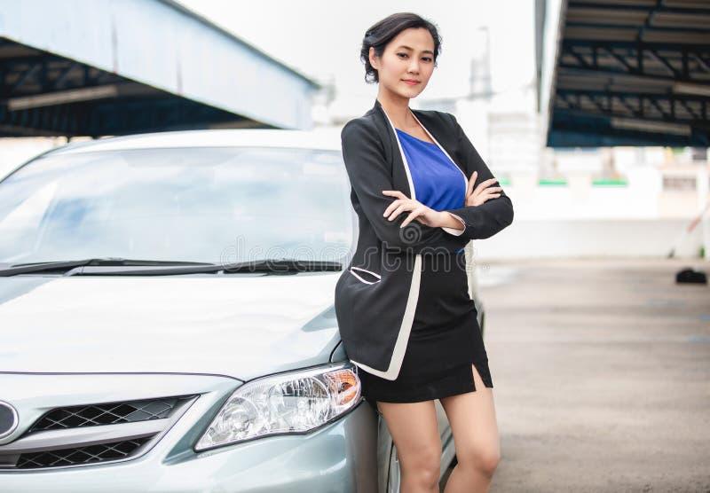 Mulheres forçadas e assento após uma divisão do carro com triângulo vermelho de um carro na estrada fotos de stock royalty free