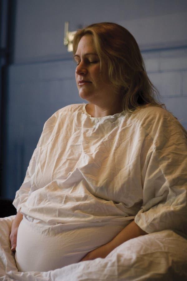 Mulheres gravidas que dão o nascimento fotografia de stock royalty free