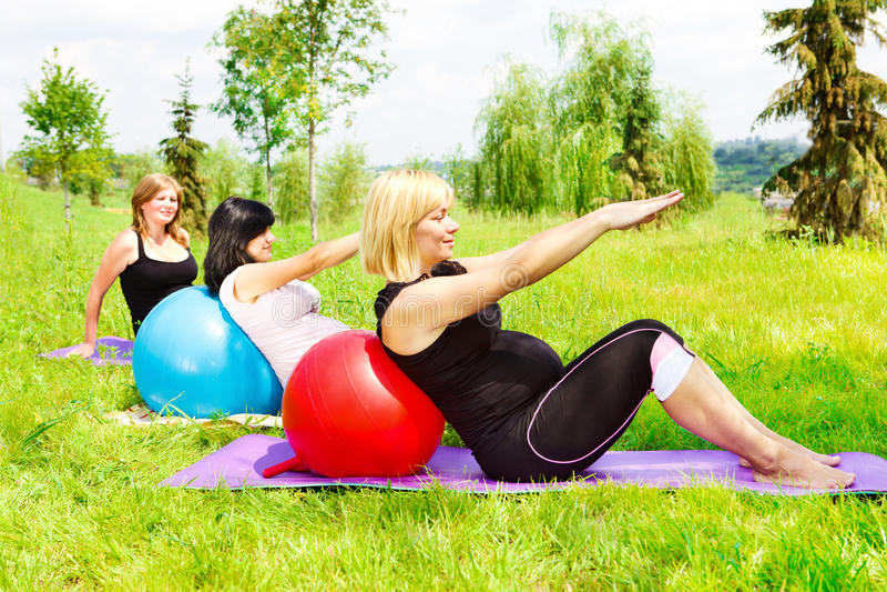 Mulheres gravidas que fazem o aerobics imagens de stock royalty free