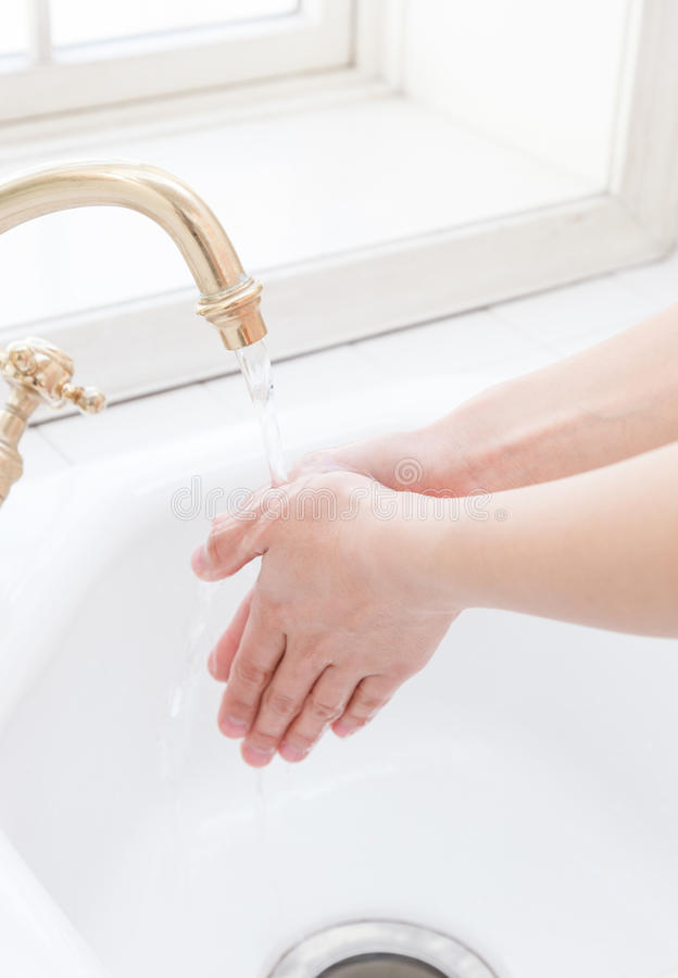 Mulheres a hand-washing imagens de stock royalty free