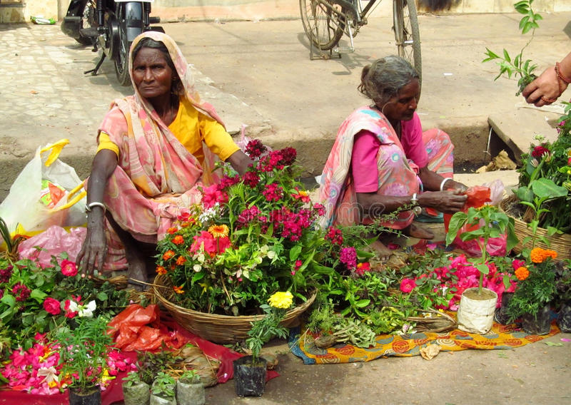 Mulheres hindu no mercado de rua indiano imagens de stock